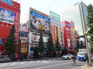 【ネタ】秋葉原の広告が完全に原神筆頭に中国ゲームばかりになってないか?
